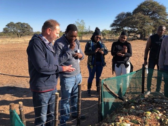 Hartmut Blömker explains the concept for organic composting to the NTA inspector