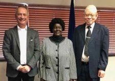 Dr. Heinrich Heinrichs mit Komeho-Leiterin Nelago Kasuto und Minister für Armutsbekämpfung Dr. Zephania Kameeta